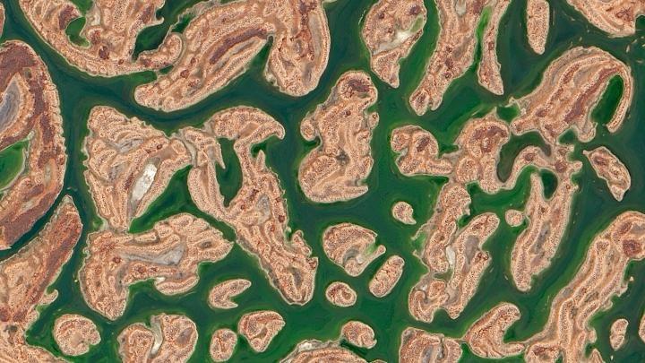 Sorpresa in Australia: il lago effimero è una distesa verde fra mille isolette di sabbie