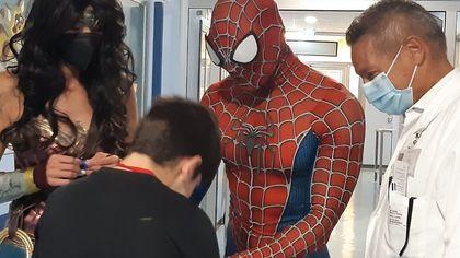 """Ospedale Cremona, Spiderman e Wonder Woman """"irrompono"""" in pediatria"""
