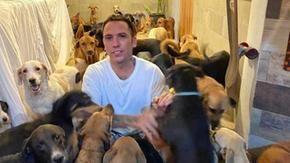 L'uragano colpisce il Messico, l'uomo apre la porta e accoglie 300 cani (e più) a casa sua