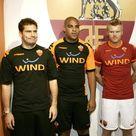 Totti presenta la nuova maglia della Roma