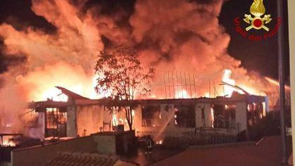 Notte di fuoco nel pratese, un'azienda tessile va in fiamme a Montemurlo