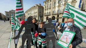 Protesta in piazza a Torino dei dipendenti dell'ospedale di Settimo