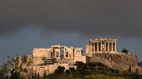 """Grecia, gli incendi assediano Atene: migliaia di sfollati, case distrutte. Le autorità: """"Restate a casa"""""""