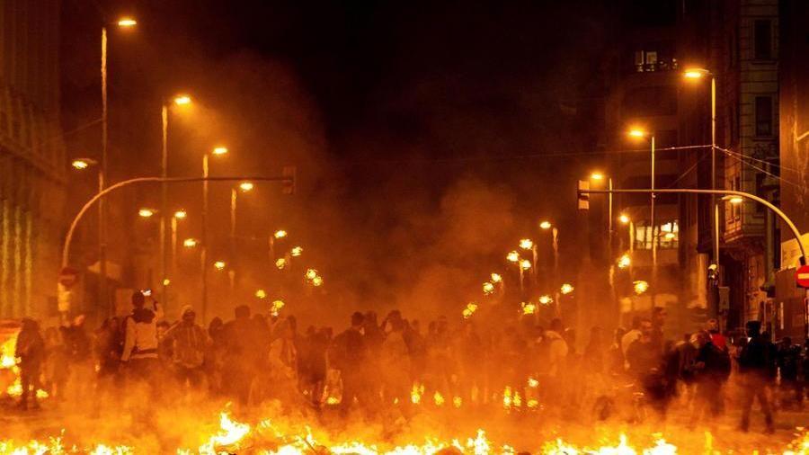 Battaglia nella notte a Barcellona: assedio alle prefetture spagnole. Sabotata l'alta velocità – La Stampa