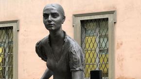 """Poche, nascoste e """"anonime"""": perché l'Italia ha così pochi monumenti dedicati alle donne"""