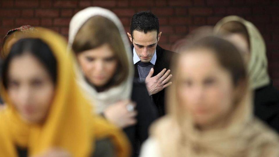 Teheran incontri gratis è meglio essere amici prima prima datazione
