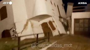 Argentina, la casa si sgretola sotto i colpi della violenta mareggiata