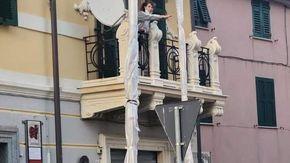Savona, due lampioni davanti al balcone: proteste alle Fornaci