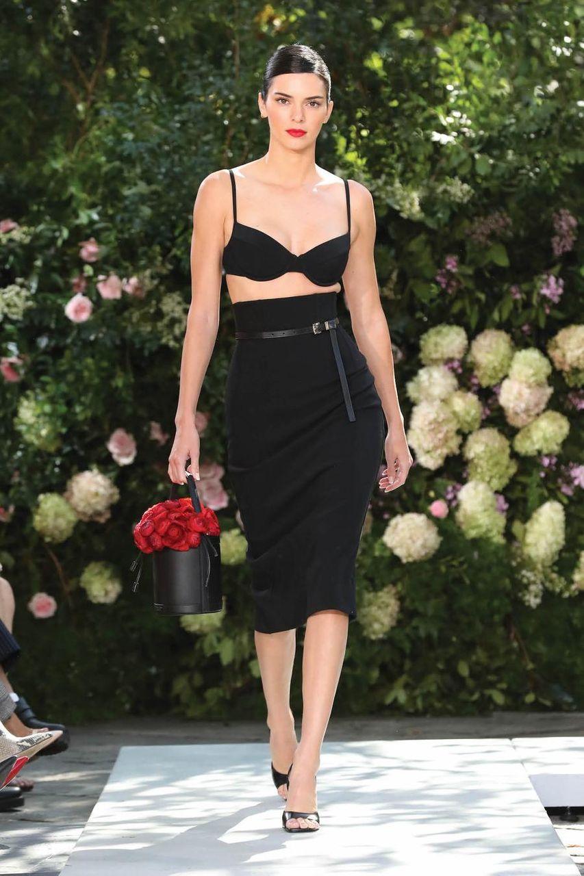 Kendall Jenner con reggiseno e gonnain crepe elasticizzato nero alla sfilata di Michael Kors