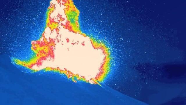 Stromboli: forte esplosione dal cratere, pioggia di cenere sull'isola