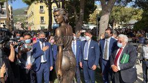 """""""La nuova statua della 'Spigolatrice' di Sapri è sessista"""", e scoppia la polemica. L'artista: """"C'è chi vede solo depravazioni"""""""