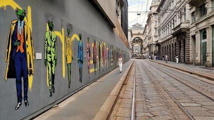 Street art, 106 rane antropomorfe sulle pareti del cantiere a Cordusio: è l'ultima opera di Mr Save The Wall