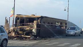 Albenga, a fuoco il chiosco bar Il Galeone