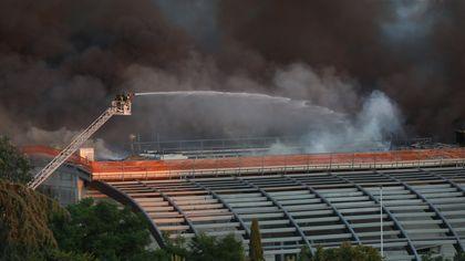 Firenze, prende fuoco il tetto della Coop di Ponte a Greve