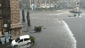 Maltempo a Catania, strade come fiume e piazza Duomo diventa un lago