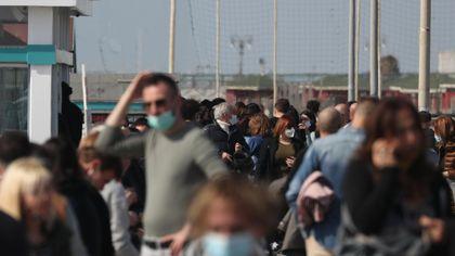 Coronavirus, la folla invade a Ostia: code, assembramenti e ristoranti pieni