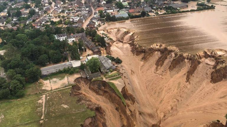 Nubifragi, Germania sotto choc: oltre 100 morti e 1300 dispersi. Nei Paesi  Bassi si rompe una diga - La Stampa