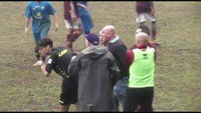 L'allenatore del Carpignano tira un pugno in faccia all'arbitro, partita sospesa