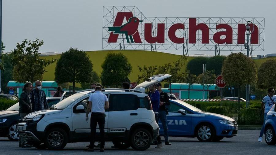 Il parcheggio dell'Auchan di Cuneo dove è avvenuto l'omicidio (fotoservizio di Danilo Ninotto per La Stampa)