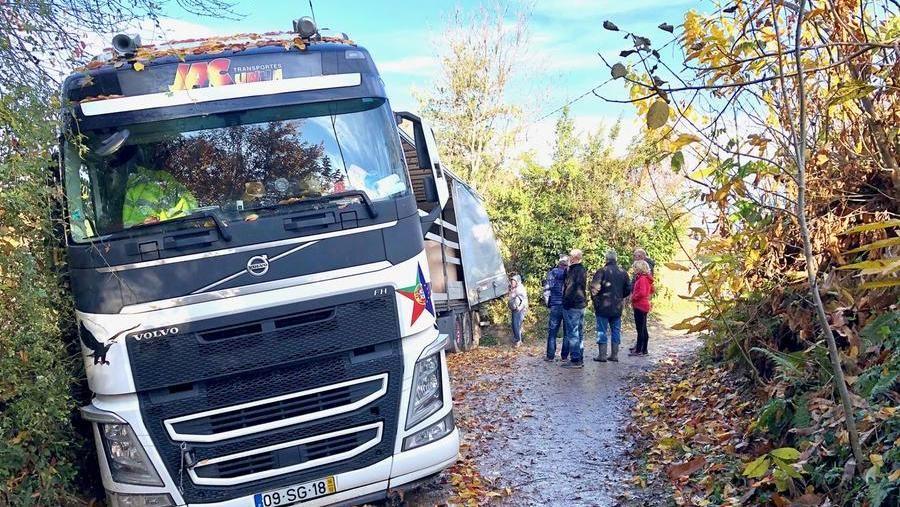 Resultado de imagen para Camion sbaglia strada e si impantana: da cinque giorni è bloccato sulla collina di Manta
