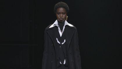 Must have di stagione: i cappotti neri sulle passerelle invernali