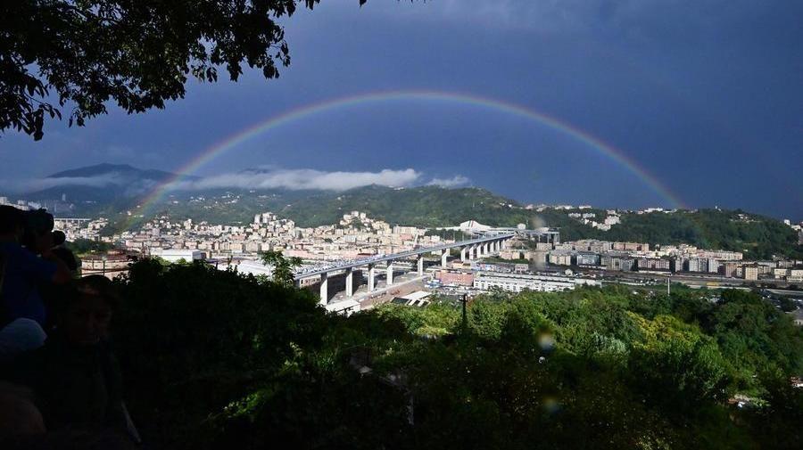 """Lacrime e arcobaleno. Genova ha il suo ponte. """"Ma la ferita è viva"""" - La Stampa"""