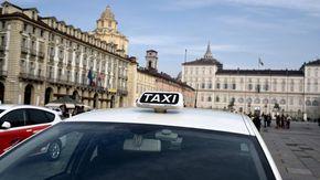 """La protesta dei taxi blocca via Po: """"Serve una legge per differenziarci dai noleggi auto"""""""