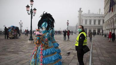 Coronavirus a Venezia, la città lasciata sola con le sue maschere
