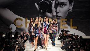 Moda Parigi: Chanel torna agli Anni 90; Miu Miu rielabora il classico