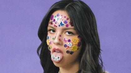 Trucco e unghie adesive: il trend make-up più facile dell'estate