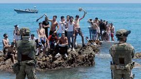 La vergogna di Ceuta: il Marocco spinge i migranti in Europa