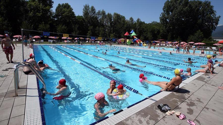 Summer in the swimming pool in Brescia (@Filippo Venezia / Ansa)
