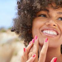 Colorati o iridescenti, gli smalti per la manicure dell'estate