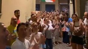 """Pesaro, No Green Pass assediano la casa del sindaco Ricci: """"Ho avviato azioni legali, chiedo aiuto a Lamorgese"""