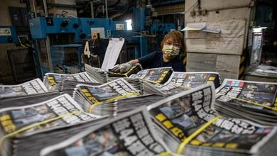 La reazione di Hong Kong alla repressione cinese: le copie del giornale sotto attacco vanno a ruba