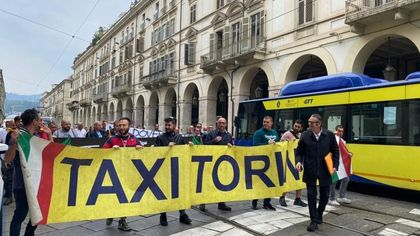 """Torino, i taxisti scendono in piazza: """"La Regione limiti il noleggio con conducente"""""""