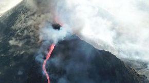 Canarie, il volo sulla bocca del vulcano: riprende l'attività del Cumbre Vieja che ha divorato oltre 500 case