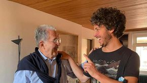 Comunali Bologna, Santori a pranzo a casa di Romano Prodi: il leader delle Sardine è candidato con il Pd