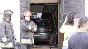 Sfonda con l'auto il portone del Comune di Novara e minaccia di darsi fuoco: fermato dalla polizia