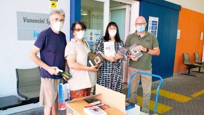 Bergamo, coppia regala 300 libri all'azienda edile che ha fondato un 'book club' dei muratori
