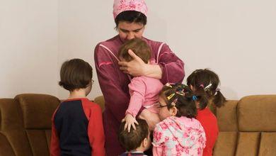Le madri del tempo perduto: le badanti rumene che hanno lasciato i loro figli per accudire i nostri vecchi