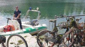 Ripescati dal Po due monopattini e sei biciclette che erano in car sharing