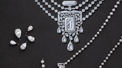 La collana 55.55, omaggio al profumo Chanel N°5