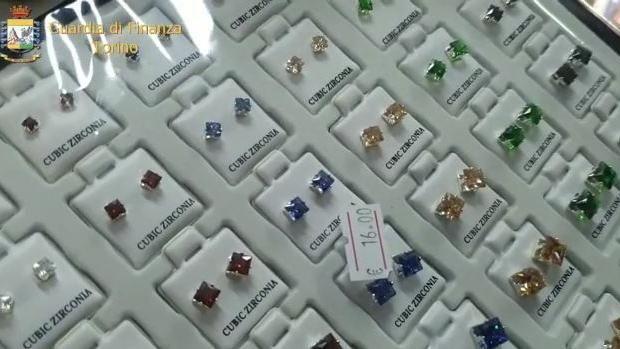Alcuni orecchini sequestrati nello store del falso di Porta Palazzo a Torino