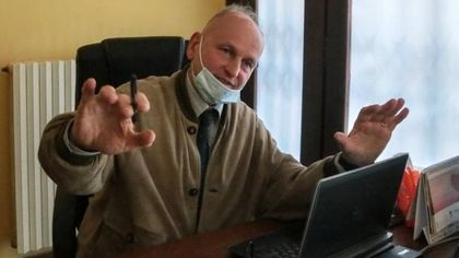 Perquisito il medico No Vax di Borgaro: sospetti su centinaia di certificati di esenzione dal vaccino con la sua firma
