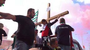 """Alitalia, la protesta a Fiumicino: lavoratrice si """"crocifigge"""""""