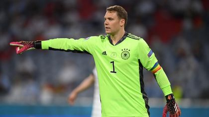 Europei, Francia-Germania: il portiere tedesco Neuer con la fascia da capitano rainbow per il mese dell'orgoglio lgbt