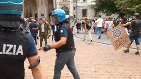 Milano, tensioni al corteo dei No Vax: scontri con la polizia durante il comizio di Meloni