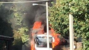 Pullman va a fuoco sulla Statale 28 a Nava: nessun ferito, ma traffico in tilt