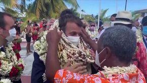 Macron visita la Polinesia francese: viene ricoperto dalle collane di conchiglie offerte dai residenti